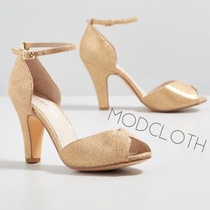 ModCloth Chelsea Crew champagne gold heels 38 7.5